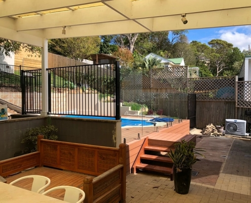 Narrabeen mixed aluminium pool fence with frameless glass at front